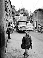 Am Yangtze-Fluss in der Provinz Hubei / China<br /> Die chinesische Regierung plant in der Provinz Hubei den Yangtze-Fluss mit einem Staudamm zur Stromgewinnung aufzustauen. Dabei werden ca. 3 Millionen Menschen umgesiedelt.<br /> Hier: Der Ort Zigui wird vom Staudamm ueberspuelt werden und mehrere tausend Menschen verlieren ihre Heimat.<br /> 1992, Zigui, Provinz Hubei / China<br /> Copyright: Christian-Ditsch.de<br /> [Inhaltsveraendernde Manipulation des Fotos nur nach ausdruecklicher Genehmigung des Fotografen. Vereinbarungen ueber Abtretung von Persoenlichkeitsrechten/Model Release der abgebildeten Person/Personen liegen nicht vor. NO MODEL RELEASE! Nur fuer Redaktionelle Zwecke. Don't publish without copyright Christian-Ditsch.de, Veroeffentlichung nur mit Fotografennennung, sowie gegen Honorar, MwSt. und Beleg. Konto: I N G - D i B a, IBAN DE58500105175400192269, BIC INGDDEFFXXX, Kontakt: post@christian-ditsch.de<br /> Urhebervermerk wird gemaess Paragraph 13 UHG verlangt.]