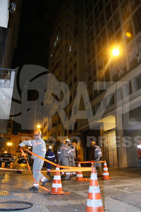 SAO PAULO, SP, 16 AGOSTO 2012 - VAZAMENTO GAS CENTRO SP - Área isolada nas proximidades do Teatro Municipal, no centro de São Paulo, após um vazamento de gás em um prédio na Rua Conselheiro Crispiniano, na região da República. Não há registro de feridos (FOTO: AMAURI NEHN / BRAZIL PHOTO PRESS).