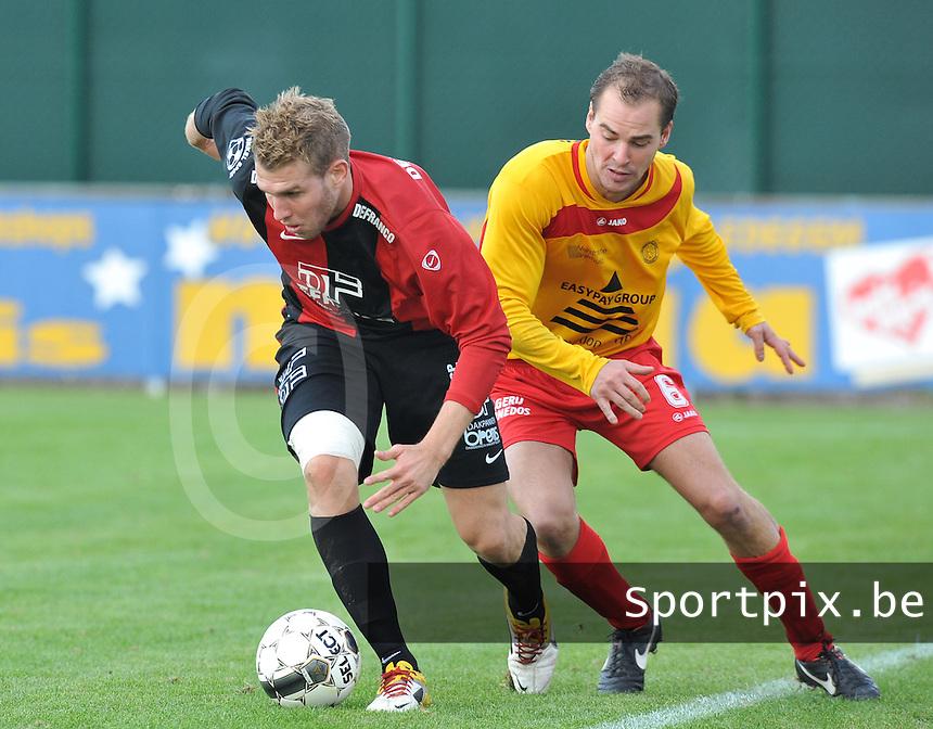 Winkel Sport - OMS Ingelmunster  : Vincent Ramael aan de bal voor Sam Aabech.foto VDB / BART VANDENBROUCKE