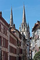 Europe/France/Aquitaine/64/Pyrénées-Atlantiques/Pays-Basque/Bayonne: Ruelle, maisons à colombage et flèches de la   Cathédrale Sainte-Marie