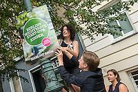 Die Berliner Gruenen starteten am Samstag den 30 Juli 2016 in den Straßen-Wahlkampf zur Agbeordnetenhauswahl im September 2016.<br /> Die Landesvorsitzenden Daniel Wesener (mitte) und Bettina Jarasch (oben) sowie die Fraktionsvorsitzenden Ramona Pop und Antje Kapek (rechts) haengten im Prenzlauer Berg Wahlplakate auf.<br /> 30.7.2016, Berlin<br /> Copyright: Christian-Ditsch.de<br /> [Inhaltsveraendernde Manipulation des Fotos nur nach ausdruecklicher Genehmigung des Fotografen. Vereinbarungen ueber Abtretung von Persoenlichkeitsrechten/Model Release der abgebildeten Person/Personen liegen nicht vor. NO MODEL RELEASE! Nur fuer Redaktionelle Zwecke. Don't publish without copyright Christian-Ditsch.de, Veroeffentlichung nur mit Fotografennennung, sowie gegen Honorar, MwSt. und Beleg. Konto: I N G - D i B a, IBAN DE58500105175400192269, BIC INGDDEFFXXX, Kontakt: post@christian-ditsch.de<br /> Bei der Bearbeitung der Dateiinformationen darf die Urheberkennzeichnung in den EXIF- und  IPTC-Daten nicht entfernt werden, diese sind in digitalen Medien nach §95c UrhG rechtlich geschuetzt. Der Urhebervermerk wird gemaess §13 UrhG verlangt.]