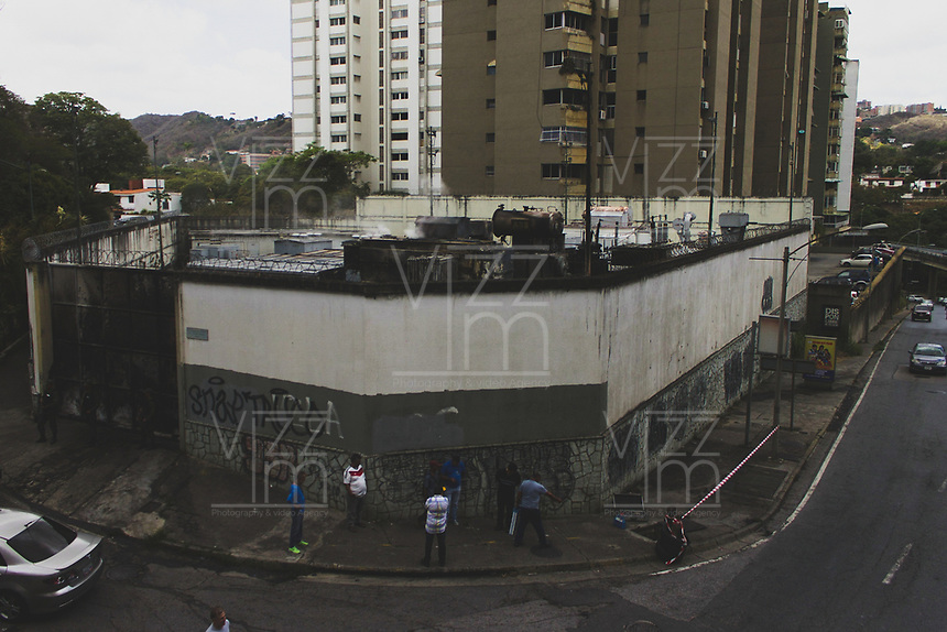 CARACAS - VENEZUELA, 11-03-2019:  Habitantes de la ciudaad preguntan por la situación de una sub estación eléctrica durante el 4° día de apagón que afectó Caracas y 22 estados de Venezuela debido a un fallo en Guri (Estado de Bolívar), una de las mayores represas de generación de energía eléctrica en América Latina, solo superada por la de Itaipú (entre Brasil y Paraguay). / Inhabitants of the city ask about the situation of a sub electrical station during the 4th day of electricity power outage that affected Caracas and 22 states of Venezuela due to a failure in Guri (State of Bolívar), one of the largest electric power generation dams in Latin America, second only to that of Itaipú ( between Brazil and Paraguay). Photo: VizzorImage / Carolain Caraballo / Cont