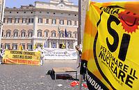 Roma, 24 Maggio 2011.Piazza Montecitorio.i comitati referendari su  Acqua,nucleare e legittimo impedimento in presidio permanente contro il tentativo di cancellare con il decreto Omnibus il referendum sul Nucleare.
