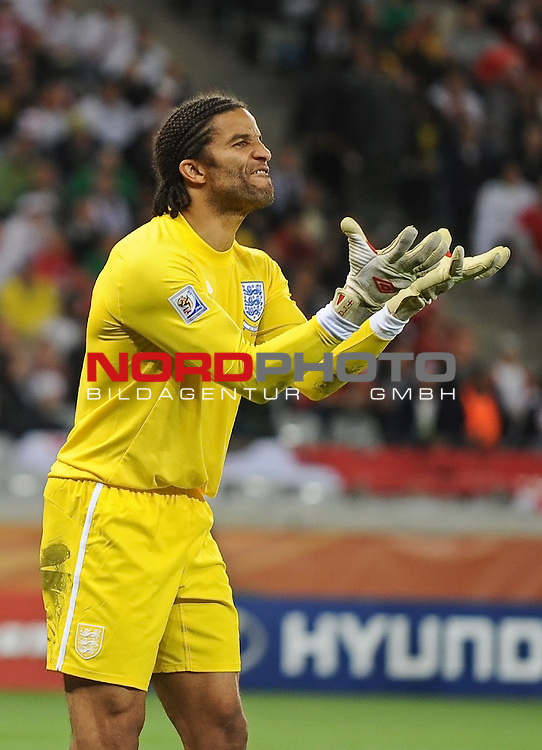 18.01.2010, Green Point Stadium, Cape Town, RSA, FIFA WM 2010, England (ENG) vs Algeria (ALG), im Bild David James of England screams at his defense.  Foto: nph /    Marc Atkins *** Local Caption *** Fotos sind ohne vorherigen schriftliche Zustimmung ausschliesslich f&uuml;r redaktionelle Publikationszwecke zu verwenden.<br /> <br /> Auf Anfrage in hoeherer Qualitaet/Aufloesung