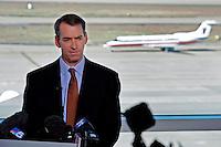 LWS03 DALLAS (EE.UU.), 28/11/2011.- Thomas W. Horton, presidente y director ejecutivo de AMR, la matriz de la aerolínea estadounidense American Airlines, interviene en una rueda de prensa que ha tenido lugar en el aeropuerto de Dallas Fort Worth, en Dallas, estado de Texas, EE.UU., el día 29 de noviembre de 2011. American Airlines se ha declarado en suspensión de pagos para reestructurar la abultada deuda y reducir los costes de la tercera mayor compañía aérea de Estados Unidos. EFE/LARRY W. SMITH
