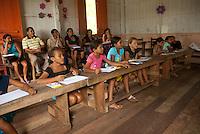 Estudantes na comunidade de Nazarezinho conversam com pesquisador da Beraca.<br /> Igarapé Miri, Pará, Brasil.<br /> Foto Paulo Santos<br /> 09/01/2010