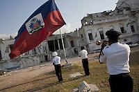 HAI01. PUERTO PRÍNCIPE (HAITÍ), 19/04/11 .- Policías del Palacio Presidencial de Puerto Príncipe (Haití) arrían hoy, martes 19 de abril de 2011, la bandera nacional ante las ruinas del edificio. El Consejo Electoral Provisional (CEP) de Haití dará a conocer mañana los resultados definitivos de las elecciones del 20 de marzo, que se espera que confirmen como ganador de la Presidencia al cantante Michel Martelly. De esa manera concluirá un proceso de varios meses que se inició el 28 de noviembre, cuando los haitianos acudieron a las urnas para elegir al sucesor del presidente René Preval, a 11 de los 30 senadores del país y a los 99 diputados. EFE/Andrés Martínez Casares..