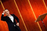 Roma 17/12/2012 Diretta dello spettacolo TV sulla costituzione di Roberto Benigni dal titolo 'La piu' bella del mondo'..Actor Roberto Benigni during his new TV show 'La piu' bella del mondo' ..Photo Samantha Zucchi/Pool/Insidefoto