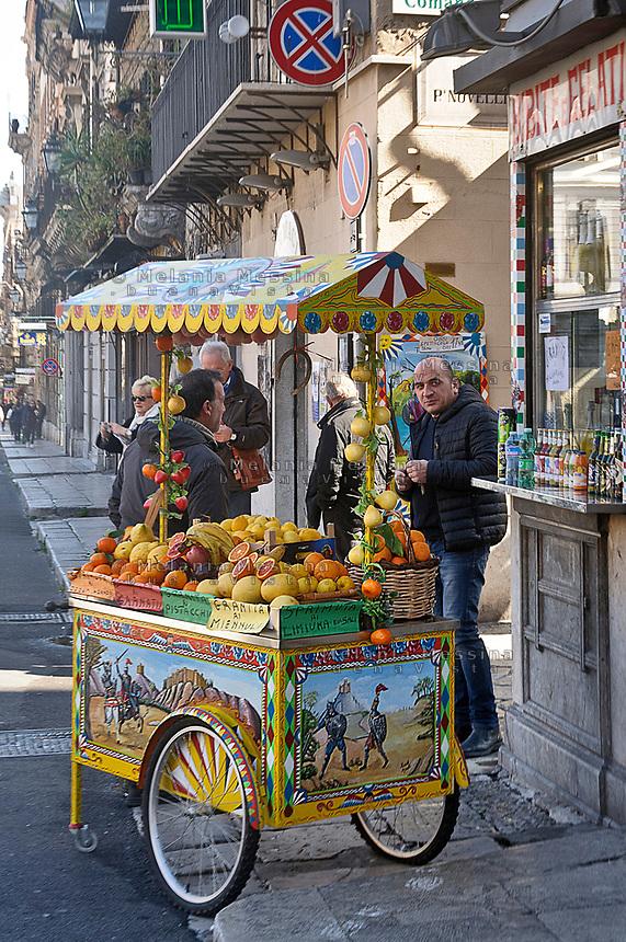 Palermo:centro storico bancarella del chioschetto di spremute.<br /> Palermo: historic city center