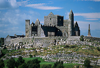 Ireland, County Tipperary, Cashel: Rock of Cashel, round Tower and Anglo Norman Gothic Cathedral sitting atop limestone outcrop | Irland, County Tipperary, Cashel: der Rock of Cashel mit Rundturm und Kathedrale erbaut im 13. Jahrhundert