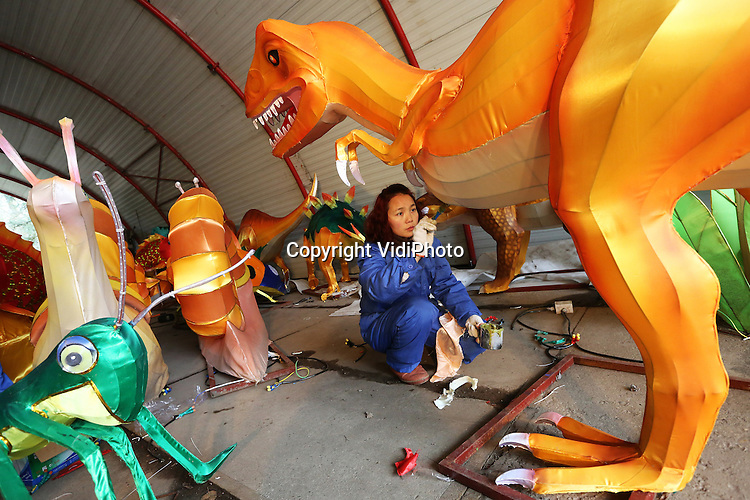 Foto: VidiPhoto<br /> <br /> ARNHEM - Zo'n tien Chinese specialisten werkt vanaf woensdag achter de schermen van Burgers' Zoo in Arnhem aan een indrukwekkend lichtspektakel, dat op 7 februari in de dierentuin van start gaat. Burgers' Zoo organiseert dan tot 1 maart van 18.00-21.00 uur het lichtevenement China Light, met meer dan 100 lichtfiguren door het hele park, bestaande uit enkele duizenden ornamenten. Topstuk is een verlichte draak van 40 meter lang en 6 meter hoog. Tot 7 februari moeten de Chinese technici nog flink aan de slag, omdat een deel van figuren nog gerestaureerd moet worden. Behalve sprookjesfiguren, vertoont China Light ook van binnenuit verlichte dierentuindieren.