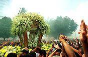 Sob intensa fuma&ccedil;a causada pela grande queima de fogos, homenagem do sindicato dos estivadores, romeiros levantam o bra&ccedil;o e pedem a ben&ccedil;&atilde;o de Nossa Senhora de Nazar&eacute; durante o C&iacute;rio.<br /> Bel&eacute;m - Par&aacute; -Brasil    08/10/2000<br />&copy;Foto: Lilia Tandaya/Interfoto