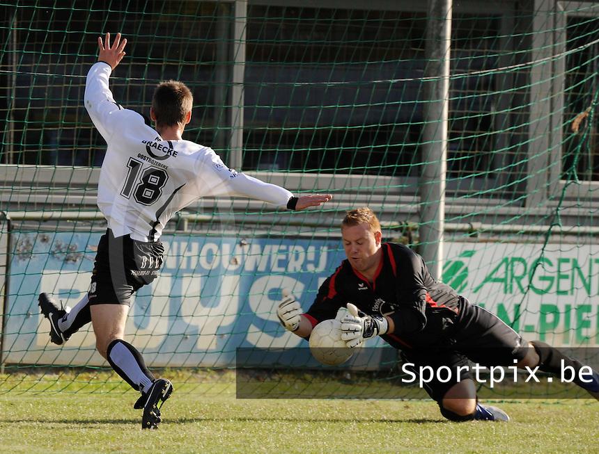 SC Oostrozebeke - FC Helkijn.Tony Thulier voorkomt de goal van Kevin Wullaert.foto VDB / BART VANDENBROUCKE
