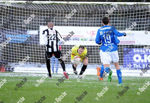 2016-01-17 / Voetbal / Seizoen 2015-2016 / FC Turnhout - Thes Sport / Wim Hosten (Turnhout) is sneller op de bal dan Omar Bennasser van Thes.<br /><br />Foto: Mpics.be