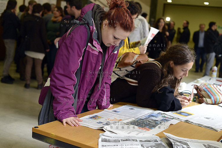 Roma, 15 Novembre 2012.Università La Sapienza.Conferenza stampa degli studenti sulle cariche , gli scontri e gli arresti durante il corteo del 14 Novembre..Giovani leggono i giornali