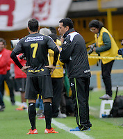 BOGOTA - COLOMBIA - 24-04-2016: Edgar Moreno (Der.) técnico de Alianza Petrolera, da instrucciones a Mateo Figoli (Izq.) jugador de Alianza Petrolera, durante partido por la fecha 14 entre Independiente Santa Fe y Alianza Petrolera, de la Liga Aguila I-2016, en el estadio Nemesio Camacho El Campin de la ciudad de Bogota.  / Edgar Moreno (R), coach of Alianza Petrolera, gives instructions to Mateo Figoli (L), player of Alianza Petrolera, during a match of the date 14 between Independiente Santa Fe and Alianza Petrolera, for the Liga Aguila I -2016 at the Nemesio Camacho El Campin Stadium in Bogota city, Photo: VizzorImage / Luis Ramirez / Staff.