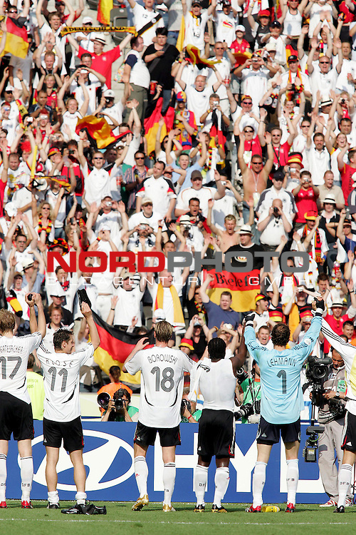 FIFA WM 2006 - Gruppe A ( Group A )<br /> <br /> Play #33 (20-Jun) - Ecuador vs Germany.<br /> <br /> Supporters from Germany and Miroslav Klose, Tim Borowski and Jens Lehmann (l-r) celebrate after the match of the World Cup in Berlin, which they won by 3-0.<br /> <br /> Foto &copy; nordphoto