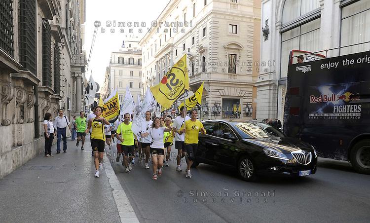 Roma 8 Giugno 2011.Via del Corso.La maratona del WWF .Attivisti attraversano la città correndo per promuovere l'informazione sul voto ai referendum su Acqua, Nucleare e Legittimo impedimento del 12 e 13 Giugno.In testa ai podisti la presidente del wwf Lazio Vanessa Ranieri