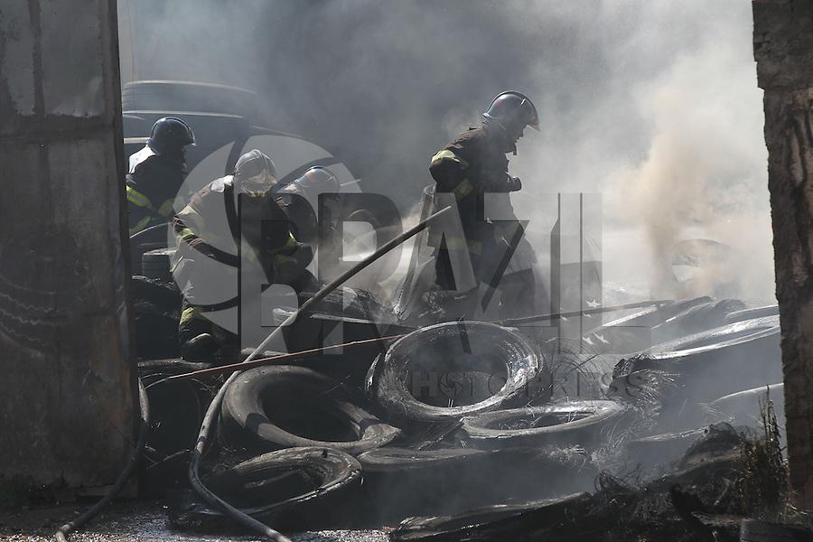 SAO PAULO, SP, 05/05/2014, INCENDIO BORRACHARIA. Um incendio de grandes proporcoes destruiu um empresa que fazia recauchutagem de pneus na Av Bento Guelf no bairro de Sao Mateus, na manha dessa segunda-feira (5) LUIZ GUARNIERI/BRAZIL PHOTO PRESS.