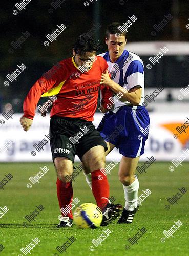 2009-10-23 / Voetbal / KSK Heist - Kapellen FC / Slovic met Bavo Meeus (Heist) in de rug..foto: mpics