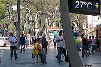 SÃO PAULO -SP-11,09,2014-CLIMA TEMPO- O paulistano enfrenta alta temperatura e baixa umidade do ar.Região Central da cidade de São Paulo,no fim da manhã dessa quinta-feira,11(Foto:Kevin David/Brazil Photo Press)