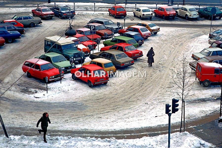 Carros  estacionados no centro de Copenhague. Dinamarca. 1985. Foto de Juca Martins.