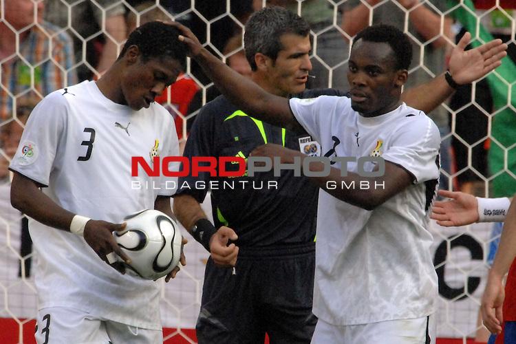 FIFA WM 2006 -  Gruppe E Vorrunde ( Group E )<br /> Play     #26 (17-Jun) - Tschechien - Ghana<br /> <br /> Michael Essien (GHA) mit dem Elfmetersch&cedil;tzen Asamoah Gyan (GHA)<br /> <br /> Foto &copy; nordphoto