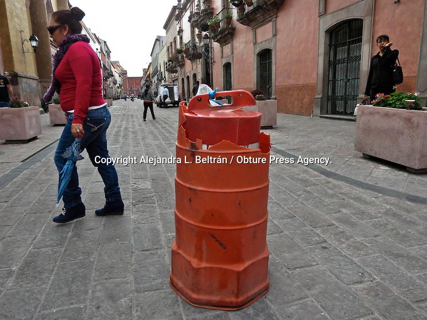 """Querétaro, Qro. 26 de junio 2015. De acuerdo con agentes de tránsito, el tramo de Madero entre Allende y Juárez aún no es andador, debido a que no se han colocado todavía las señalizaciones que impidan el paso a los vehículos. La razón por la que a veces este tramo se encuentra cerrado con cadenas o trafitambos se debe a que las autoridades están tratando de """"acostumbrar"""" a los conductores a no transitar por esta vialidad, a menos que sea para carga y descarga de mercancía. Por lo tanto, se recomienda a los peatones caminar sobre las banquetas, hasta que este tramo se convierta oficialmente en un andador. Foto: Alejandra L. Beltrán / Obture Press Agency."""