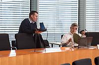 26. Sitzung des &quot;1. Untersuchungsausschuss&quot; der 19. Legislaturperiode des Deutschen Bundestag am Donnerstag den 18. Oktober 2018 zur Aufklaerung des Terroranschlag durch den islamistischen Terroristen Anis Amri auf den Weihnachtsmarkt am Berliner Breitscheidplatz im Dezember 2016.<br /> Im Bild: Der Abgeordnete der Rechtspopulistischen &quot;Alternative fuer Deutschland&quot; im Ausschuss, Thomas Seitz (rechts) mit seinem Mitarbeiter. <br /> 18.10.2018, Berlin<br /> Copyright: Christian-Ditsch.de<br /> [Inhaltsveraendernde Manipulation des Fotos nur nach ausdruecklicher Genehmigung des Fotografen. Vereinbarungen ueber Abtretung von Persoenlichkeitsrechten/Model Release der abgebildeten Person/Personen liegen nicht vor. NO MODEL RELEASE! Nur fuer Redaktionelle Zwecke. Don't publish without copyright Christian-Ditsch.de, Veroeffentlichung nur mit Fotografennennung, sowie gegen Honorar, MwSt. und Beleg. Konto: I N G - D i B a, IBAN DE58500105175400192269, BIC INGDDEFFXXX, Kontakt: post@christian-ditsch.de<br /> Bei der Bearbeitung der Dateiinformationen darf die Urheberkennzeichnung in den EXIF- und  IPTC-Daten nicht entfernt werden, diese sind in digitalen Medien nach &sect;95c UrhG rechtlich geschuetzt. Der Urhebervermerk wird gemaess &sect;13 UrhG verlangt.]
