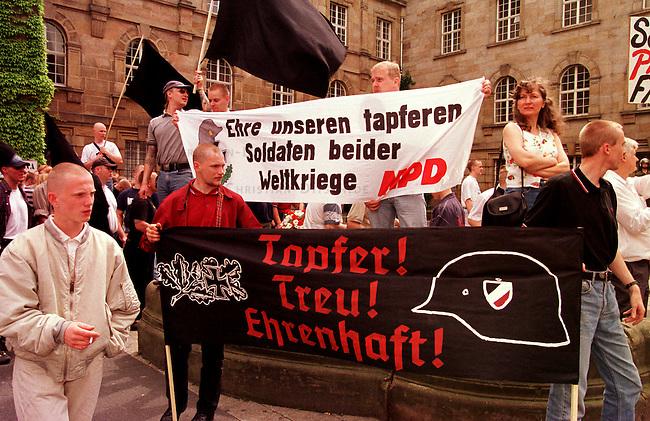 Die REP-Jugend-Hessen mobilisierte zu einer Demonstration gegen die Wehrmachtsausstellung, welche im Juni 1998 in Kassel gezeigt wurde. Es kamen ca. 400 Rechtsextremisten von REP, NPD und sog. parteilosen Freien Kameradschaften.<br /> Hier: Mitglieder der NPD und sog. Freier Kameradschaften auf dem Kundgebungsplatz.<br /> 6.6.1998, Kassel<br /> Copyright: Christian-Ditsch.de<br /> [Inhaltsveraendernde Manipulation des Fotos nur nach ausdruecklicher Genehmigung des Fotografen. Vereinbarungen ueber Abtretung von Persoenlichkeitsrechten/Model Release der abgebildeten Person/Personen liegen nicht vor. NO MODEL RELEASE! Nur fuer Redaktionelle Zwecke. Don't publish without copyright Christian-Ditsch.de, Veroeffentlichung nur mit Fotografennennung, sowie gegen Honorar, MwSt. und Beleg. Konto: I N G - D i B a, IBAN DE58500105175400192269, BIC INGDDEFFXXX, Kontakt: post@christian-ditsch.de<br /> Bei der Bearbeitung der Dateiinformationen darf die Urheberkennzeichnung in den EXIF- und  IPTC-Daten nicht entfernt werden, diese sind in digitalen Medien nach &sect;95c UrhG rechtlich geschuetzt. Der Urhebervermerk wird gemaess &sect;13 UrhG verlangt.]