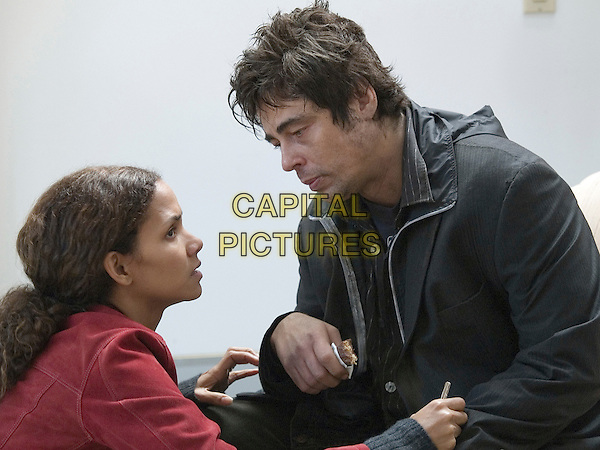 BENICIO DEL TORO & HALLE BERRY.in Things We Lost in the Fire .*Filmstill - Editorial Use Only*.CAP/FB.Supplied by Capital Pictures.