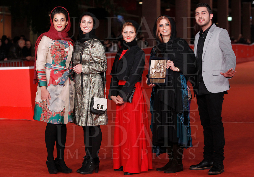 "Da sinistra, gli attori Kiarash Asadizadeh, Nawal Sharipi, Mahsa Alafar, Mohammadreza Ghaffari e Roya Javidnia posano col premio per il Miglior Attore od Attrice Emergente sul red carpet dell'ottava edizione del Festival Internazionale del Film di Roma, 16 novembre 2013.<br /> From left, actors Kiarash Asadizadeh, Nawal Sharipi, Mahsa Alafar, Mohammadreza Ghaffari and Roya Javidnia pose with the Award for Emerging Actor or Actress for the movie ""Acrid"" on the red carpet of the 8th edition of the international Rome Film Festival at Rome's Auditorium, 16 November 2013.<br /> UPDATE IMAGES PRESS/Isabella Bonotto"
