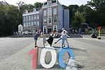 Foto: VidiPhoto<br /> <br /> ARNHEM &ndash; Feest in het Nederlands Openluchtmuseum in Arnhem vrijdag. Met hapjes, drankjes, muziek en gratis entree met gebak voor de eerste honderd bezoekers, vierde het museum vrijdag zijn eeuwfeest. Daarnaast werd een stevig jubileumbier gebrouwen, Zware Barrie, en gepresenteerd aan het publiek. Iedereen boven de achttien mocht daar van proeven. Ondanks dat de plastic glaasjes niet al te groot waren, moesten sommigen toch een keer extra slikken vanwege het flinke percentage alcohol: 10 procent. Het museum is al in 1912 opgericht door een aantal particulieren maar zes jaar later opende het  zijn poorten aan de Schelmseweg. Aan het einde van de 19e eeuw veranderde Nederland in een razend tempo. De industri&euml;le revolutie bracht vooruitgang en welvaart, tegelijk dreigden traditionele bouwwerken met daarin uitgeoefende ambachten verloren te gaan. Uit bezorgdheid over deze ontwikkelingen werd in 1912 door een aantal particulieren -naar Scandinavisch voorbeeld- de Vereeniging Het Nederlandsch Openluchtmuseum opgericht. De stichters pachtten circa 31 hectare van het voormalige landgoed De Waterberg van de gemeente Arnhem. Enkele elders afgebroken gebouwen werden in Arnhem weer opgebouwd.