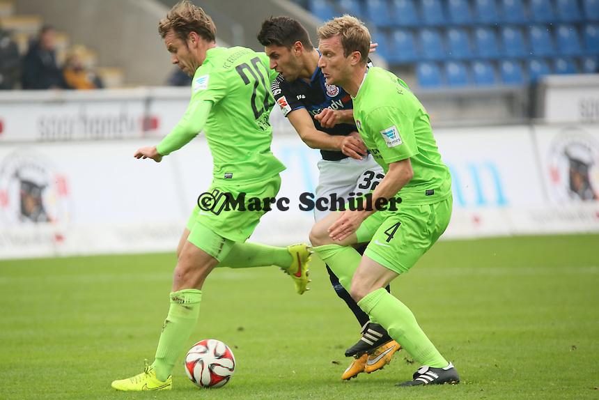 Vincenzo Grifo (FSV) wird von Oliver Schröder und Thomas Paulus (Aue) in die Zange genommen - FSV Frankfurt vs. FC Erzgebirge Aue, Frankfurter Volksbank Stadion