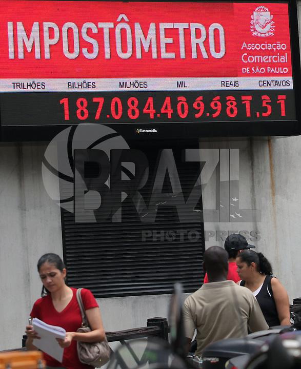 SAO PAULO,SP, 10 DE FEVEREIRO DE 2012 - IMPOSTOMETRO MARCA 200 BILHOES DE REAIS - Impostometro proximo a marca de 200 bilhoes de reais arrecadados em impostos e visto nesta sexta-feria (10). FOTO RICARDO LOU - NEWS FREE