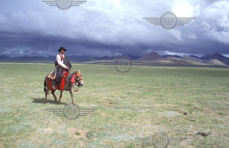 © Irene Slegt / Panos Pictures..TIBET..Riding through remote grasslands.