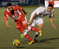 RIONEGRO -COLOMBIA-27-11-2013. Daniel Cataño (Izq.) del Deportivo Rionegro disputa el balón con John Sandoval (Der.) de Fortaleza FC durante partido de vuelta de la final del Torneo Postobón II-2013 en el estadio Alberto Grisales de la ciudad de Rionegro./ Daniel Cataño (R) of Deportivo Rionegro fights for the ball with John Sandoval (L) of Fortaleza FC during the second leg match of the final of Postobon Tournament II-2013 played at Alberto Grisales stadium in Rionegro city. Photo: VizzorImage/ Cortesia