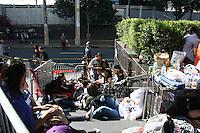 SAO PAULO, SP, 30 DE JUNHO DE 2013 -  BANDA PARAMORE EM SÃO PAULO - Fãs aguardam acampados em frente ao Espaço das Américas na Barra Funda - zona oeste da capital, o show da banda que se apresenta hoje e quarta (31). FOTO: MAURICIO CAMARGO / BRAZIL PHOTO PRESS.