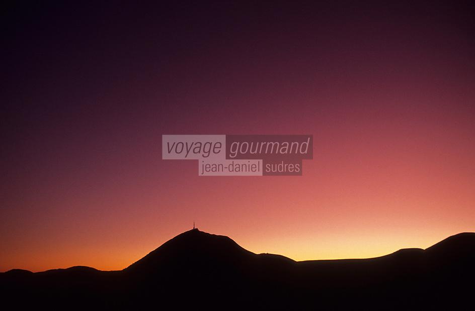 Europe/France/Auvergne/63/Puy-de-Dôme/Parc Régional des Volcans/Le Puy-de-Dôme (1465 mètres): Le sommet au soleil couchant