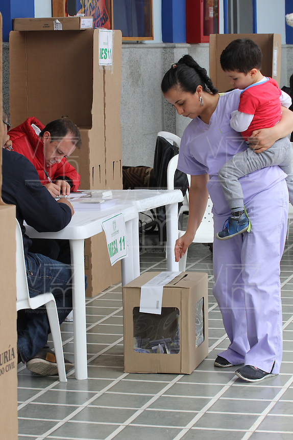 PASTO -COLOMBIA. 02-10-2016: Ciudadanos colombianos acuden a las urnas para votar durante el Plebisto, escribiendo un nuevo capitulo en la historia del pais. Hoy los colombianos acuden a las urnas para decir SI o NO al acuerdo de Paz firmado entre el Gobierno y las Fuerzas Armadas Revolucionarias de Colombia Ejercito del Pueblo (FARC-EP) / Colombian citizens go to the polls to vote writing a new chapter in the history of the country. Today Colombians go to the polls to say YES or NO to the peace agreement signed between the government and the Revolutionary Armed Forces of Colombia People's Army (FARC-EP). Photo: VizzorImage / Leonardo Castro /Cont