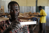 KENIA Turkana Region, refugee camp Kakuma, vocational training, carpenter course / Fluechtlingslager Kakuma, Berufsausbildung fuer Fluechtlinge, Tischler Klasse