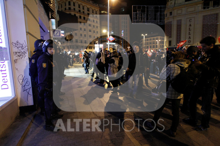 European General Strike.Protesters and trade unionists through the streets of Madrid in the early hours of the strike in Spain in presence of the National Police and many photographers.November 14,2012. (ALTERPHOTOS/Carlos Rojo)