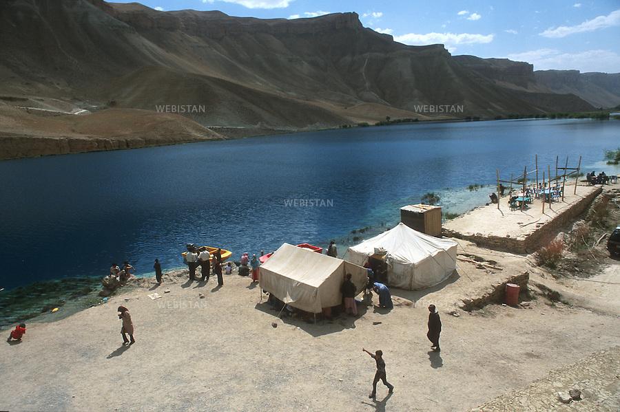 2003..Afghanistan. Bamiyan Province. Band-e Amir Lake. Families have built a camp on the shore of the lake..Afghanistan. Province de Bamiyan. Lac de Band-e Amir. Des familles ont installé un campement sur les bords du lac.
