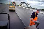 VIANEN - Op de derde Lekbrug tussen Vianen en Nieuwegein zijn een deze week, na een jaar rust, de asfalteringswerkzaamheden van het betonnen wegdek begonnen. Nadat de ruwbouw van de vijfhonderd meter lange betonnen verkeersbrug ruim een jaar geleden voltooid werd, is in alle stilte gewerkt aan de bouw van de toeritten. Deze derde Lekbrug, die ruim twintig miljoen euro kost, moet de verkeersdrukte op de snelweg A2 zien terug te dringen. De files op de Lekbrug stonden jarenlang hoog in de file top tien. GORINCHEM - Nachtelijke asfalteringswerkzaamheden tijdens werkzaamheden aan diverse snelwegen.  COPYRIGHT TON BORSBOOM