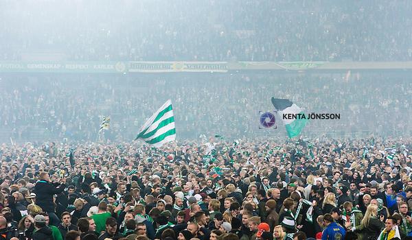 Stockholm 2014-11-02 Fotboll Superettan Hammarby IF - J&ouml;nk&ouml;pings S&ouml;dra IF :  <br /> Hammarbys supportrar med flaggor ute p&aring; planen i Tele2 Arena efter matchen mellan Hammarby IF och J&ouml;nk&ouml;pings S&ouml;dra IF <br /> (Foto: Kenta J&ouml;nsson) Nyckelord:  Superettan Tele2 Arena Hammarby HIF Bajen J&ouml;nk&ouml;ping S&ouml;dra IF J-S&ouml;dra supporter fans publik supporters jubel gl&auml;dje lycka glad happy
