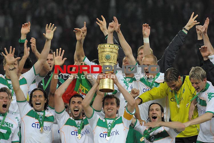 18.02.2011, Bremen, GER, Best of Diego  DFB Pokal 2008/2009 - Finale 30.05.2009 Maenner<br /> <br /> Bayer Leverkusen - Werder Bremen 0:1<br /> <br /> Pokalsieger Saison 2008/2009 Werder Bremen<br /> Gruppenfoto<br /> <br /> Frank Baumann (Bremen GER #6) stemmt den Pokal vor der Mannschaft in die Hoehe und jubelt, hinter ihm u,.a., Diego ( Bremen BRA #10 ) Hugo Almeida ( Bremen POR #23 ) Torsten Frings ( Bremen GER #22 ) Claudio Pizarro ( Bremen PER #24 ) Keeper Tim Wiese ( Bremen GER #1)<br /> <br /> <br /> Foto &copy; nph (  nordphoto  ) *** Local Caption *** <br /> Fotos sind ohne vorherigen schriftliche Zustimmung ausschliesslich f&uuml;r redaktionelle Publikationszwecke zu verwenden.<br /> <br /> Auf Anfrage in hoeherer Qualitaet/Aufloesung