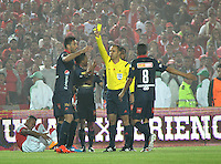 BOGOTA - COLOMBIA -21 -12-2014: Luis Sanchez, (Der.) arbitro, muestra tarjeta amarilla a Diego Herner, jugador del Deportivo Independiente Medellin, durante partido de vuelta entre Independiente Santa Fe y Deportivo Independiente Medellin por la final de la Liga Postobon II-2014, en el estadio Nemesio Camacho El Campin de la ciudad de Bogota. / Luis Sanchez (R), referee, shows yellow card to Diego Herner, player of Deportivo Independiente Medellin, during a match of the second leg between Independiente Santa Fe and Deportivo Independiente Medellin for the finals of the Liga Postobon II -2014 at the Nemesio Camacho El Campin Stadium in Bogota city, Photo: VizzorImage Luis Ramirez / Staff.