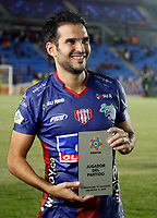 SANTA MARTA - COLOMBIA, 12-10-2019: Lucas Sotero del Unión recibe el premio al mejor jugador después del partido por la fecha 17 de la Liga Águila II 2019 entre Unión Magdalena y Envigado F.C. jugado en el estadio Sierra Nevada de la ciudad de Santa Marta. / Lucas Sotero of Union receives the best player prize after match for the date 17 as part Aguila League II 2019 between Union Magdalena and Envigado F.C. played at Sierra Nevada stadium in Santa Marta city. Photo: VizzorImage / Gustavo Pacheco / Cont