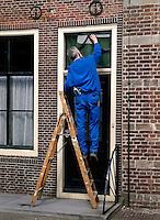 Man maakt bovenlicht schoon