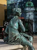 Leopoldsbrunnen, Spiegelung der Hofburg im Haus der Musik, Innsbruck, Tirol, &Ouml;sterreich, Europa<br /> Leopoldfountain, reflexion of Hofburg at house of music, Innsbruck, Tyrol, Austria, Europe
